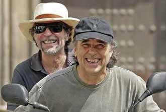 Joan Manuel Serrat y Joaquín Sabina en motocicleta