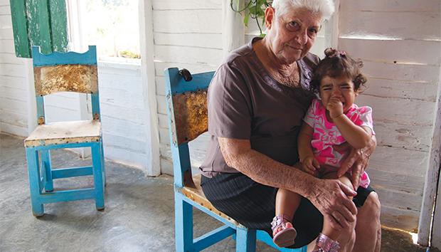 El ritmo de vida actual ha derivado en que los abuelos vuelvan a ser padres. Foto: Lezumbalaberenjena