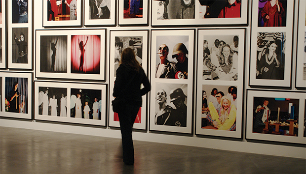 Un espectador contempla la obra de Mike Kelley. Foto: Marc Wathieu