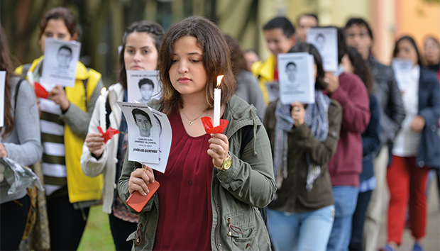 Imagen de la marcha del silencio por el campus. Foto: Luis Ponciano