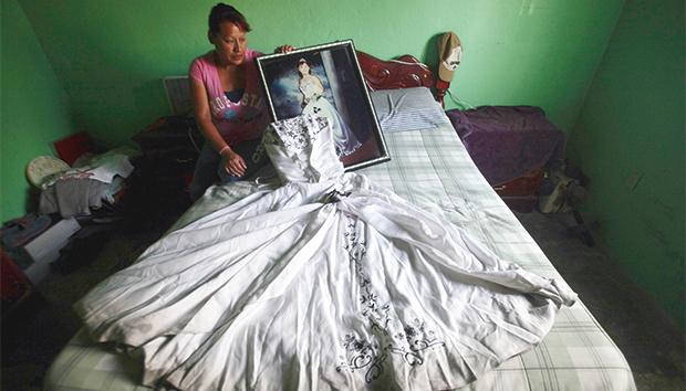 Luz Elena Muñoz sostiene la foto de su hija Nancy Ivette, quien desapareció en julio de 2011 en Ciudad Juárez