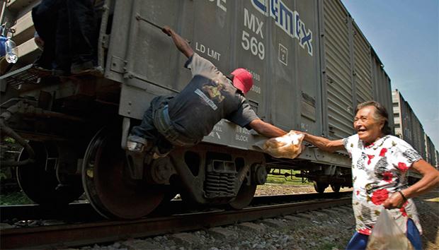 A pie de vía, quince mujeres reparten víveres entre los migrantes. Foto: Facebook/La Patrona