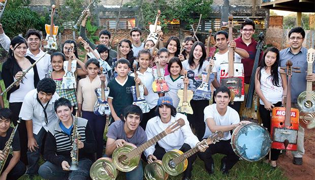 Los jóvenes encuentran en la música una alternativa de desarrollo. Foto: recycledorchestracateura.com
