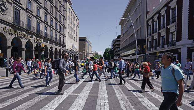 Cruce de la avenida Juárez y la calle Colón, en el centro de Guadalajara. Fotos: Lalis Jiménez