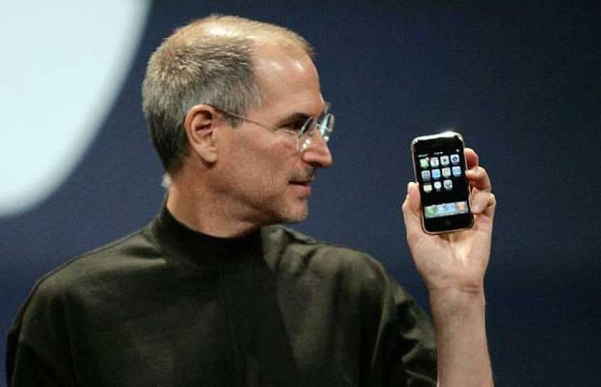 Steve Jobs inauguró la era de los teléfonos inteligentes con el iPhone.