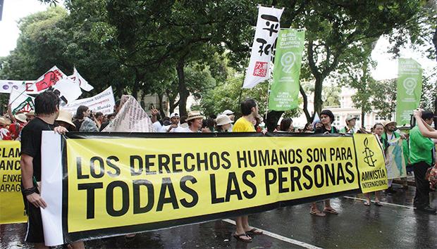 El libro reúne testimonios de defensores de derechos humanos. Foto: Archivo