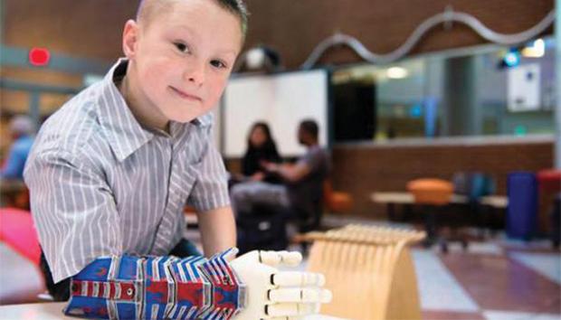 Alex Pring recibió un brazo robótico parecido al de Iron Man. Foto: limbitless-solutions.org