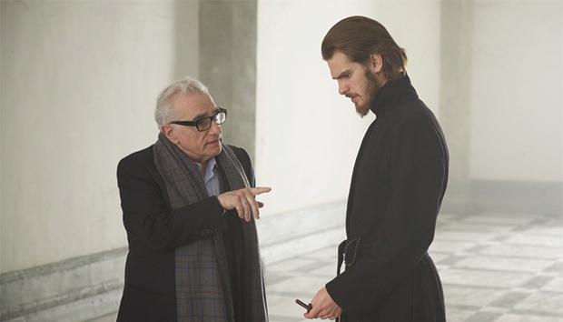 Scorsese da instrucciones a Garfield durante la filmación.