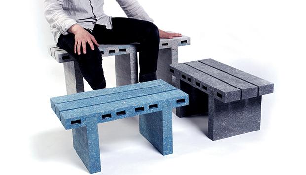 El material permite fabricar bancas y mesas muy resistentes a partir de periódicos reciclados.
