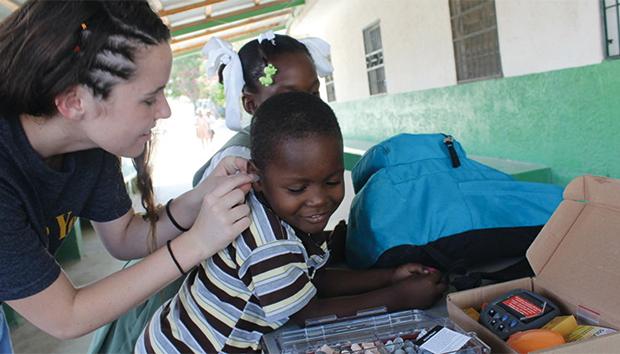 El objetivo es ayudar a menores de escasos recursos para que recuperen la audición y retomen sus estudios.