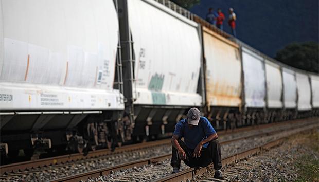 Cada día miles de personas cruzan el país a bordo de «La Bestia». Fotos: Reuters