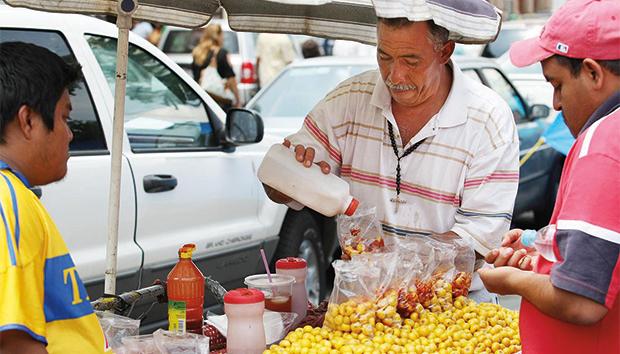 Comercio informal alrededor de un plantón de la CNTE en Morelia. Foto: Iván Sánchez.