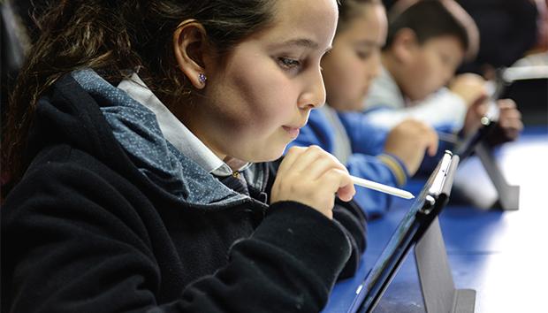 Las pantallas dejaron de ser un entretenimiento para convertirse en herramientas de aprendizaje. Foto: Smart-School