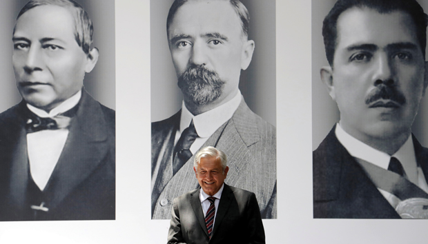 López Obrador frente a las fotos de Juárez, Madero y Cárdenas, sus referentes. Foto:
