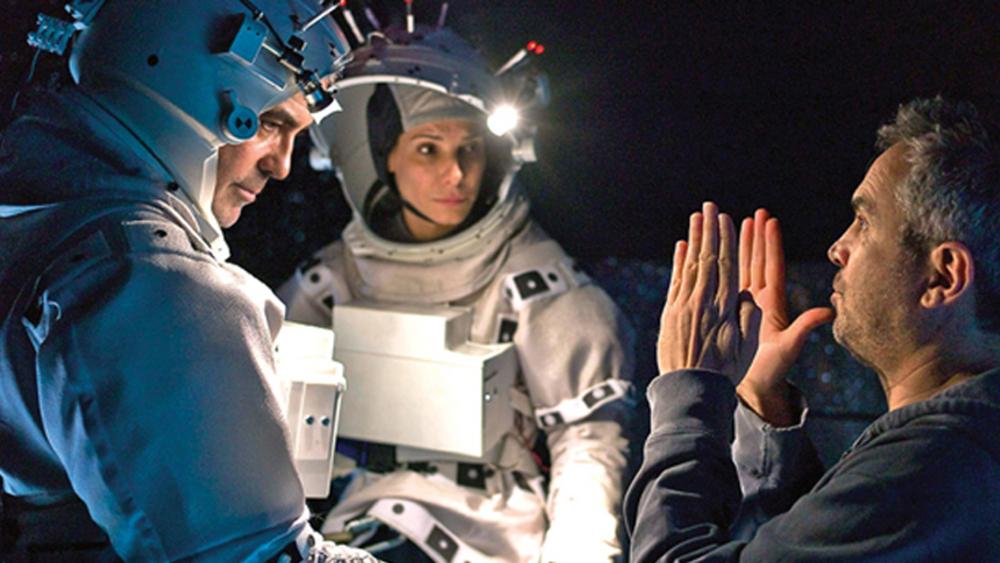 Alfonso Cuarón con George Clooney y Sandra Bullock durante la filmación de «Gravity»
