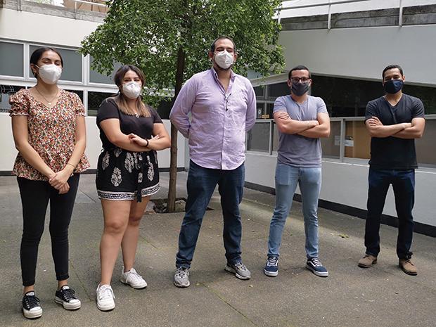 El trabajo de la mascarilla transparente es liderado por Miguel Huerta (centro). Foto: Lilián Solórzano