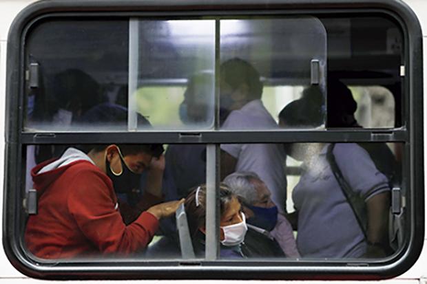 Millones de personas recurren al transporte público exponiéndose a contagio. Foto: Reuters / Carlos Jasso